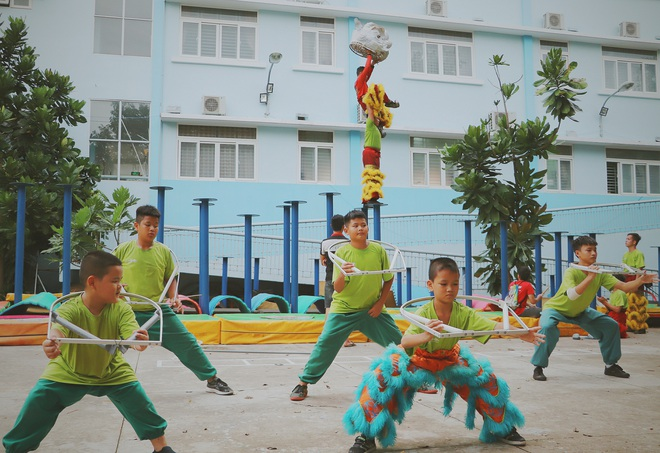 2 đứa trẻ bị mẹ bỏ rơi dưới chân cầu 3 năm trước và chuyện của đội lân đường phố ở Sài Gòn - ảnh 3