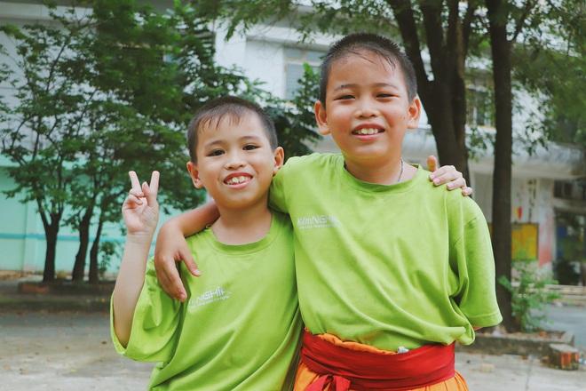 2 đứa trẻ bị mẹ bỏ rơi dưới chân cầu 3 năm trước và chuyện của đội lân đường phố ở Sài Gòn - ảnh 2