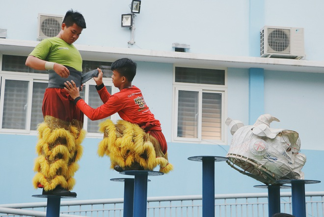 2 đứa trẻ bị mẹ bỏ rơi dưới chân cầu 3 năm trước và chuyện của đội lân đường phố ở Sài Gòn - ảnh 12