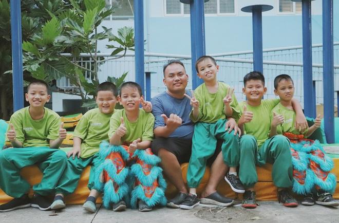 2 đứa trẻ bị mẹ bỏ rơi dưới chân cầu 3 năm trước và chuyện của đội lân đường phố ở Sài Gòn - ảnh 14