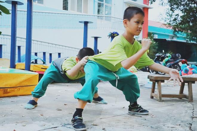 2 đứa trẻ bị mẹ bỏ rơi dưới chân cầu 3 năm trước và chuyện của đội lân đường phố ở Sài Gòn - ảnh 18