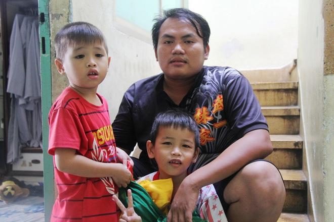 2 đứa trẻ bị mẹ bỏ rơi dưới chân cầu 3 năm trước và chuyện của đội lân đường phố ở Sài Gòn - ảnh 1