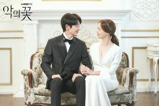Phim đã đóng máy, Lee Jun Ki vẫn ôm chặt Moon Chae Won không rời ở hậu trường Flower Of Evil - ảnh 10
