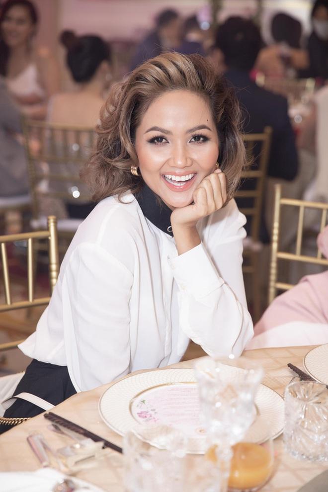 Chẳng riêng người thường, sao Việt cũng đầy lần mắc lỗi làm đẹp khi đi ăn cưới: Cô bới tóc quá khổ, cô makeup gây giật mình - ảnh 4