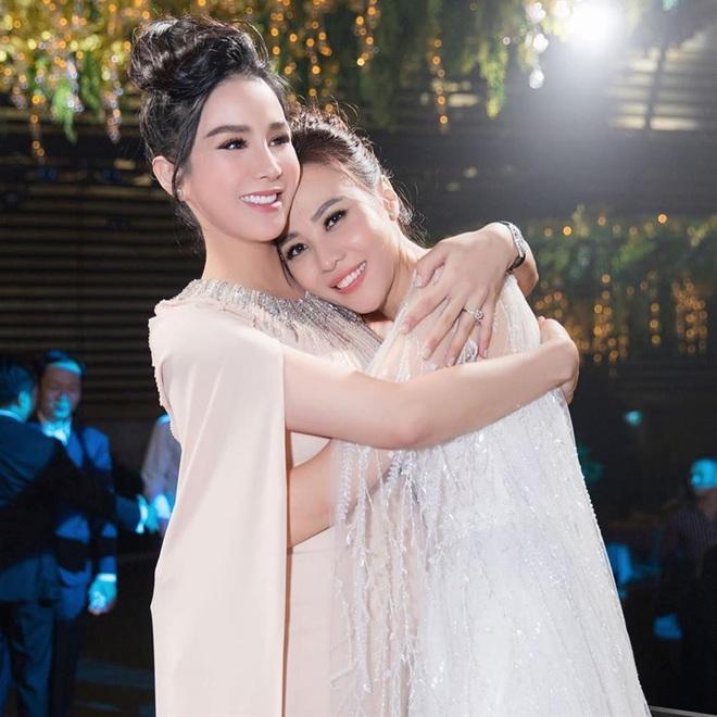 12 bộ váy áo đẹp nhất của sao Vbiz khi dự đám cưới: Đến Ngọc Trinh cũng không dám hở bạo mà nhường sân cho chị gái tỏa sáng - ảnh 10