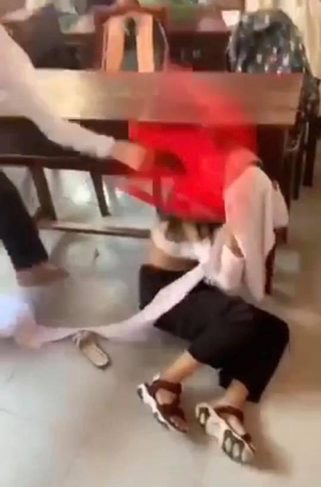 Nữ sinh Bến Tre bị bạn thân đánh hội đồng, áo rách thành nhiều mảnh: Sở GD-ĐT chính thức lên tiếng - ảnh 1