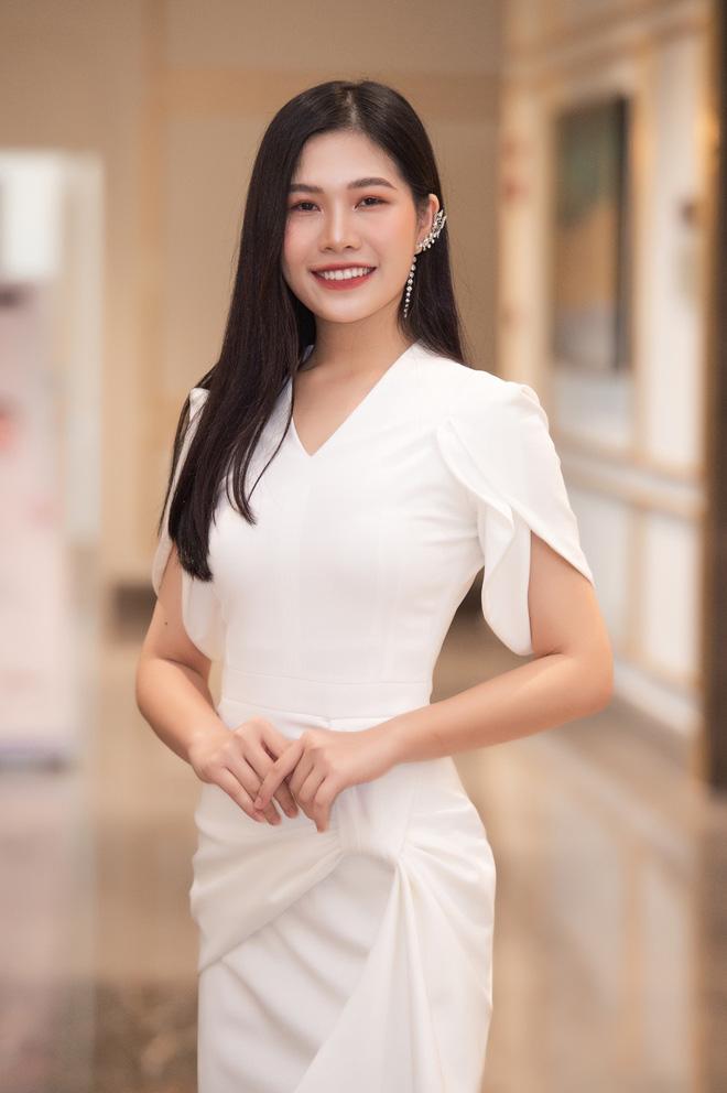 Dàn thí sinh Hoa hậu Việt Nam 2020 trên ảnh dự thi và ngoài đời, bản sao Châu Bùi và Nhã Phương có lung linh như kỳ vọng? - Ảnh 7.