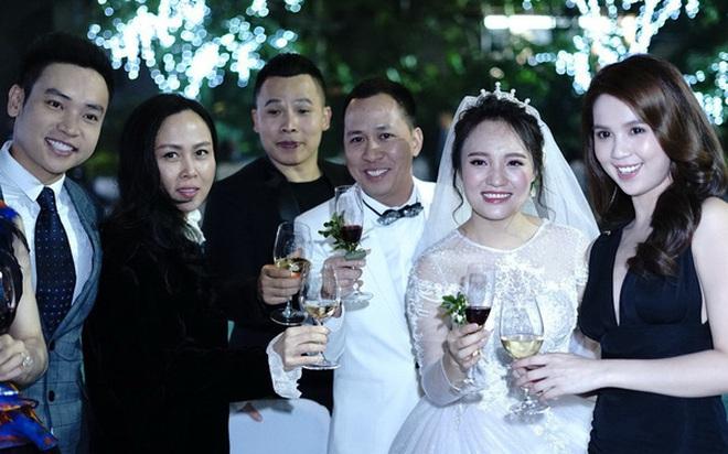 """Style đi ăn cưới """"hên xui"""" của Ngọc Trinh: Lúc lên đồ tinh tế, lúc vô ý """"giựt"""" mất spotlight của cô dâu - ảnh 4"""