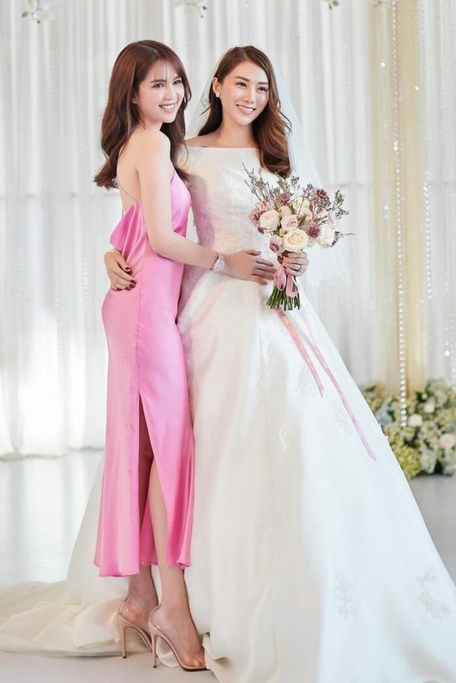 """Style đi ăn cưới """"hên xui"""" của Ngọc Trinh: Lúc lên đồ tinh tế, lúc vô ý """"giựt"""" mất spotlight của cô dâu - ảnh 6"""