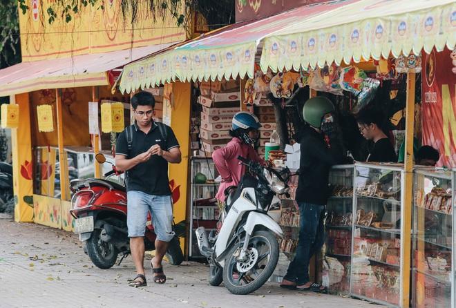 Bánh trung thu lề đường ở Sài Gòn: Mua 1 tặng 3 nhưng giá bằng 4 cái - ảnh 8