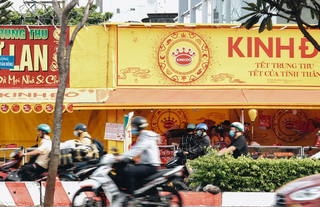 Bánh trung thu lề đường ở Sài Gòn: Mua 1 tặng 3 nhưng giá bằng 4 cái - ảnh 6