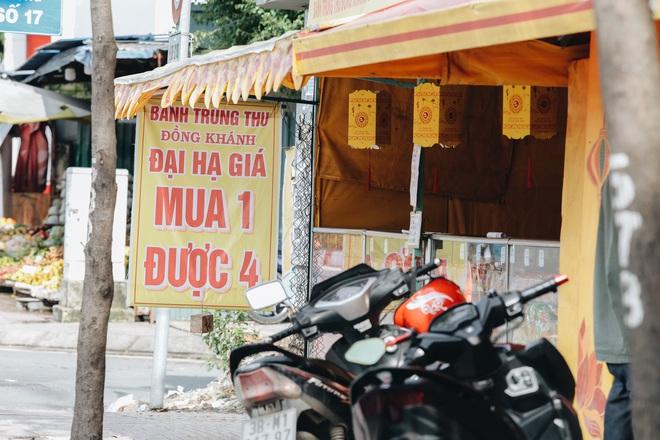 Bánh trung thu lề đường ở Sài Gòn: Mua 1 tặng 3 nhưng giá bằng 4 cái - ảnh 5