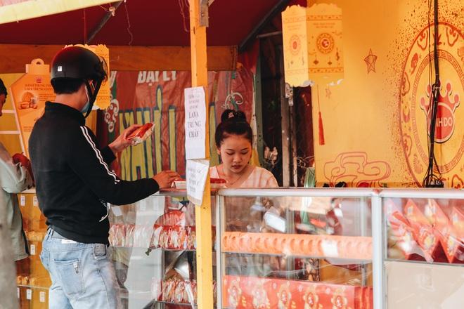 Bánh trung thu lề đường ở Sài Gòn: Mua 1 tặng 3 nhưng giá bằng 4 cái - ảnh 9