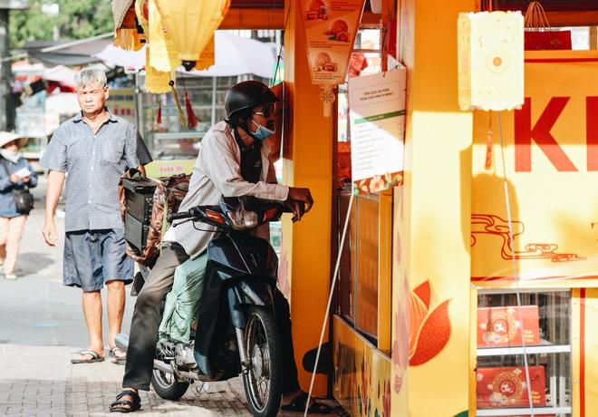 Bánh trung thu lề đường ở Sài Gòn: Mua 1 tặng 3 nhưng giá bằng 4 cái - ảnh 3