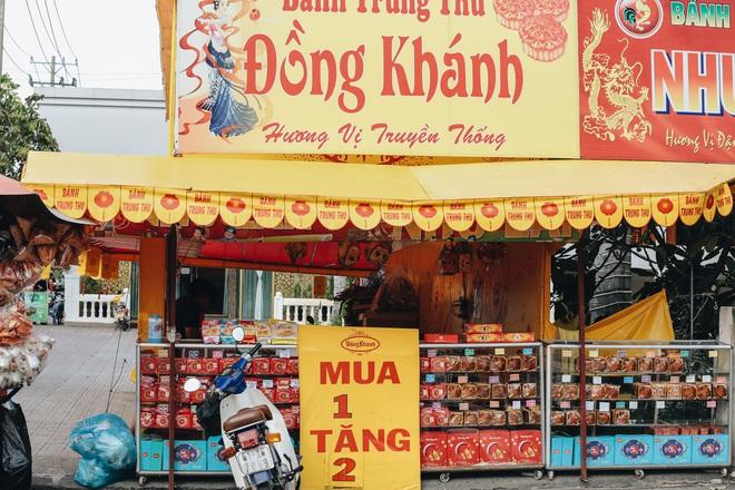 Bánh trung thu lề đường ở Sài Gòn: Mua 1 tặng 3 nhưng giá bằng 4 cái - ảnh 12