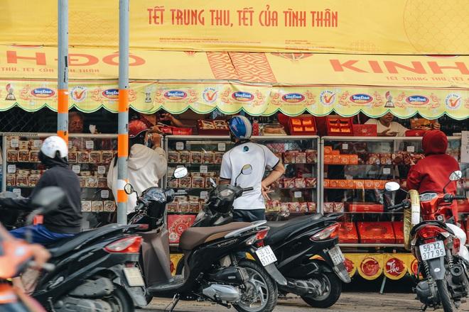 Bánh trung thu lề đường ở Sài Gòn: Mua 1 tặng 3 nhưng giá bằng 4 cái - ảnh 11