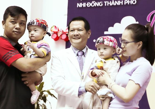 Bố mẹ Trúc Nhi - Diệu Nhi xúc động đón Trung thu đầu tiên với 2 con, tuần sau 2 bé xuất viện về nhà - Ảnh 9.
