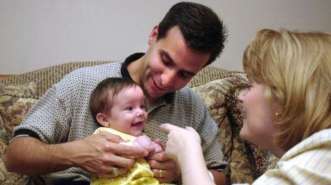 20 năm sau khoảnh khắc ấn tượng, thai nhi 21 tuần tuổi trong bức ảnh thò tay ra khỏi tử cung mẹ nắm chặt ngón tay bác sĩ giờ ra sao? - Ảnh 2.