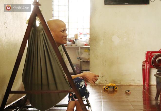 Bị ung thư vẫn gắng gượng đi làm, người mẹ cố sống từng ngày để lo cho đứa con khờ bệnh tật - Ảnh 8.