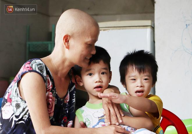 Bị ung thư vẫn gắng gượng đi làm, người mẹ cố sống từng ngày để lo cho đứa con khờ bệnh tật - Ảnh 4.