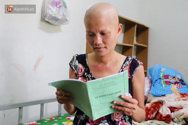 Bị ung thư vẫn gắng gượng đi làm, người mẹ cố sống từng ngày để lo cho đứa con khờ bệnh tật - Ảnh 10.