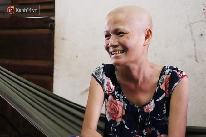 Bị ung thư vẫn gắng gượng đi làm, người mẹ cố sống từng ngày để lo cho đứa con khờ bệnh tật - Ảnh 6.