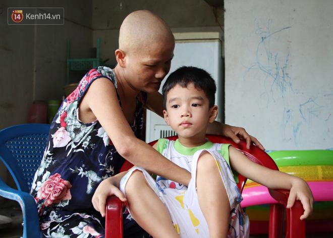 Bị ung thư vẫn gắng gượng đi làm, người mẹ cố sống từng ngày để lo cho đứa con khờ bệnh tật - Ảnh 2.