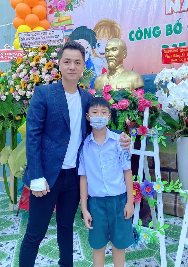 Sao Việt hồi hộp đưa con đi khai giảng, hài nhất là màn review cặp sách siêu lầy của con trai Xuân Bắc - Ảnh 3.