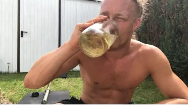 Chàng trai uống hơn 3 lít nước tiểu mỗi ngày vì tin rằng đây chính là tiên dược cho sức khỏe - Ảnh 1.