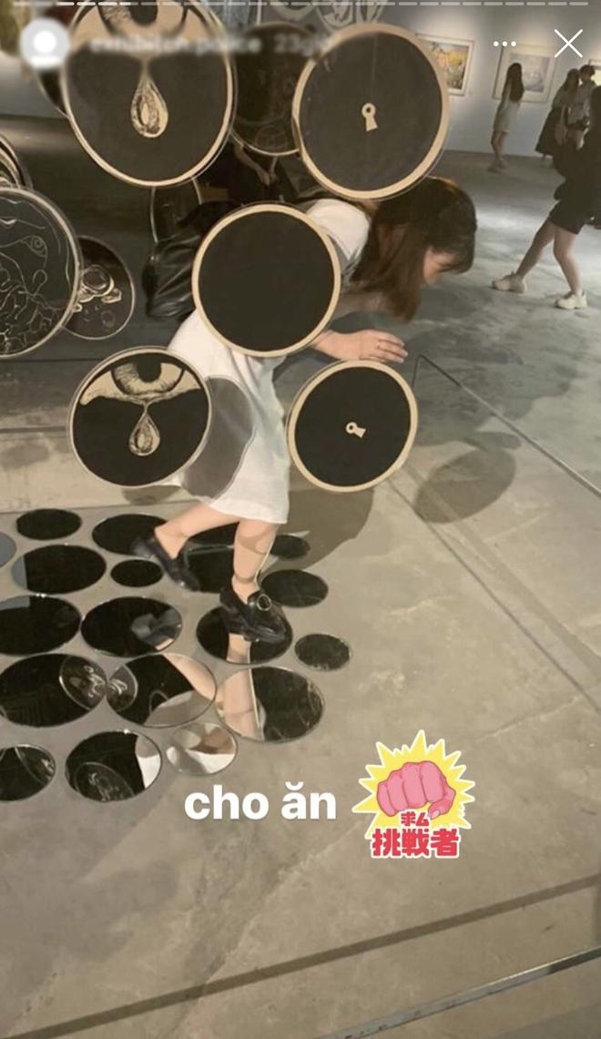 Dân mạng tức giận tột độ trước cảnh hai cô gái đi triển lãm nghệ thuật để chụp ảnh quảng cáo mỹ phẩm - Ảnh 1.