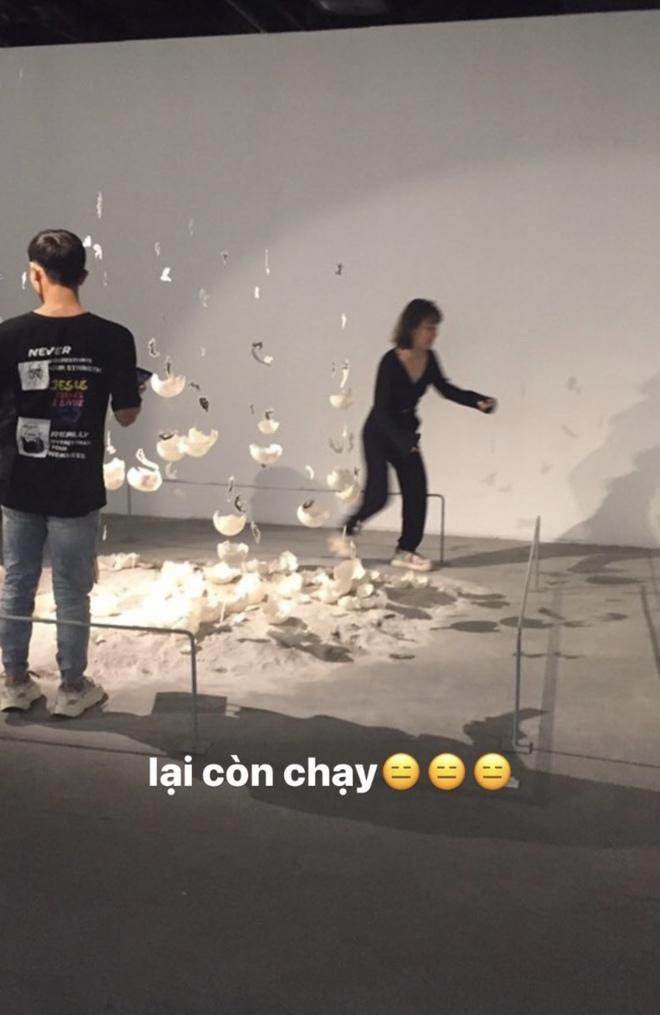 Dân mạng tức giận tột độ trước cảnh hai cô gái đi triển lãm nghệ thuật để chụp ảnh quảng cáo mỹ phẩm - Ảnh 2.