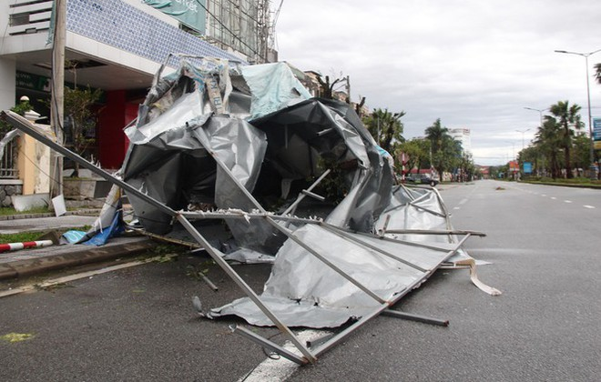 Bão Vamco đổ bộ vào đất liền: Các tỉnh miền Trung gió giật kinh hoàng, đảo Cồn Cỏ bị cắt đứt hoàn toàn liên lạc - Ảnh 12.