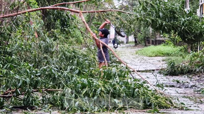 Bão Vamco đổ bộ vào đất liền: Các tỉnh miền Trung gió giật kinh hoàng, đảo Cồn Cỏ bị cắt đứt hoàn toàn liên lạc - Ảnh 4.