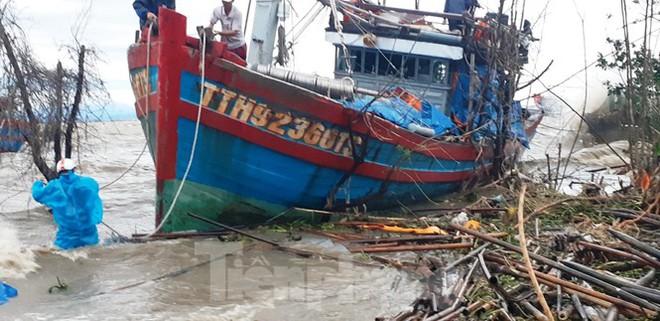 Bão Vamco đổ bộ vào đất liền: Các tỉnh miền Trung gió giật kinh hoàng, đảo Cồn Cỏ bị cắt đứt hoàn toàn liên lạc - Ảnh 5.