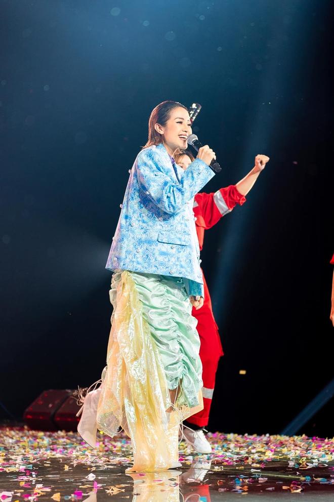 Mix & Phối - Dàn 'sao mặc cố' đổ bộ 2 cuộc thi rap: Khả Như (Rap Việt) lên đồ rách tả tơi nhưng chưa gây choáng bằng MC Phí Linh (King Of Rap) - chanvaydep.net 3