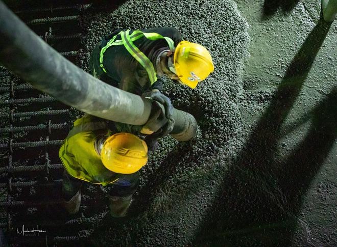 Cận cảnh 800 công nhân đang làm việc xuyên ngày đêm để sớm hoàn thành nhà ga ngầm lớn nhất tuyến metro Sài Gòn - ảnh 9
