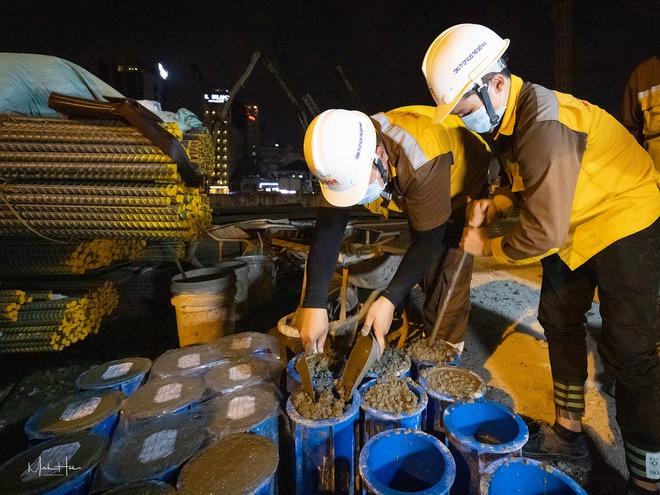 Cận cảnh 800 công nhân đang làm việc xuyên ngày đêm để sớm hoàn thành nhà ga ngầm lớn nhất tuyến metro Sài Gòn - ảnh 7