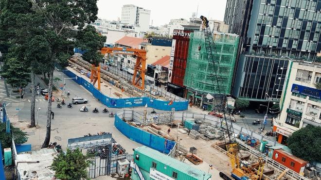 Cận cảnh 800 công nhân đang làm việc xuyên ngày đêm để sớm hoàn thành nhà ga ngầm lớn nhất tuyến metro Sài Gòn - ảnh 16