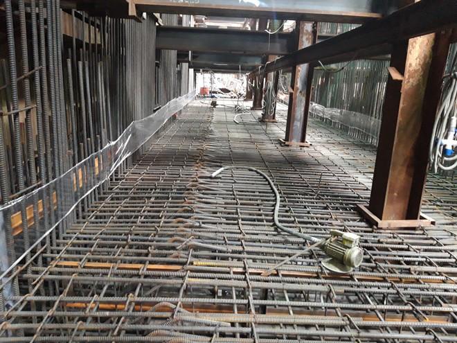 Cận cảnh 800 công nhân đang làm việc xuyên ngày đêm để sớm hoàn thành nhà ga ngầm lớn nhất tuyến metro Sài Gòn - ảnh 11