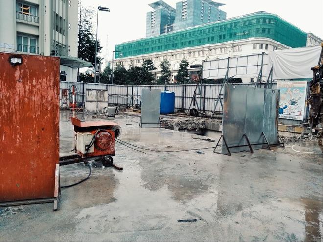 Cận cảnh 800 công nhân đang làm việc xuyên ngày đêm để sớm hoàn thành nhà ga ngầm lớn nhất tuyến metro Sài Gòn - ảnh 17