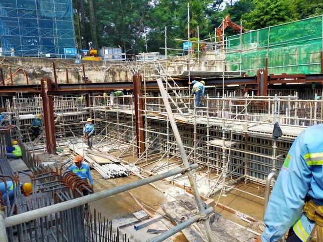 Cận cảnh 800 công nhân đang làm việc xuyên ngày đêm để sớm hoàn thành nhà ga ngầm lớn nhất tuyến metro Sài Gòn - ảnh 1