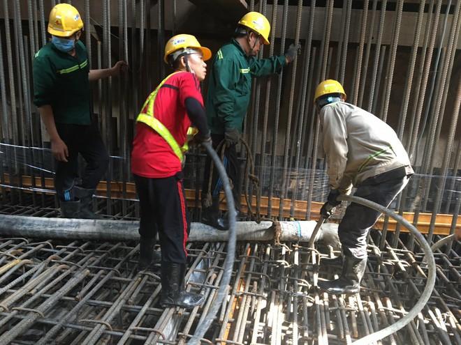 Cận cảnh 800 công nhân đang làm việc xuyên ngày đêm để sớm hoàn thành nhà ga ngầm lớn nhất tuyến metro Sài Gòn - ảnh 12