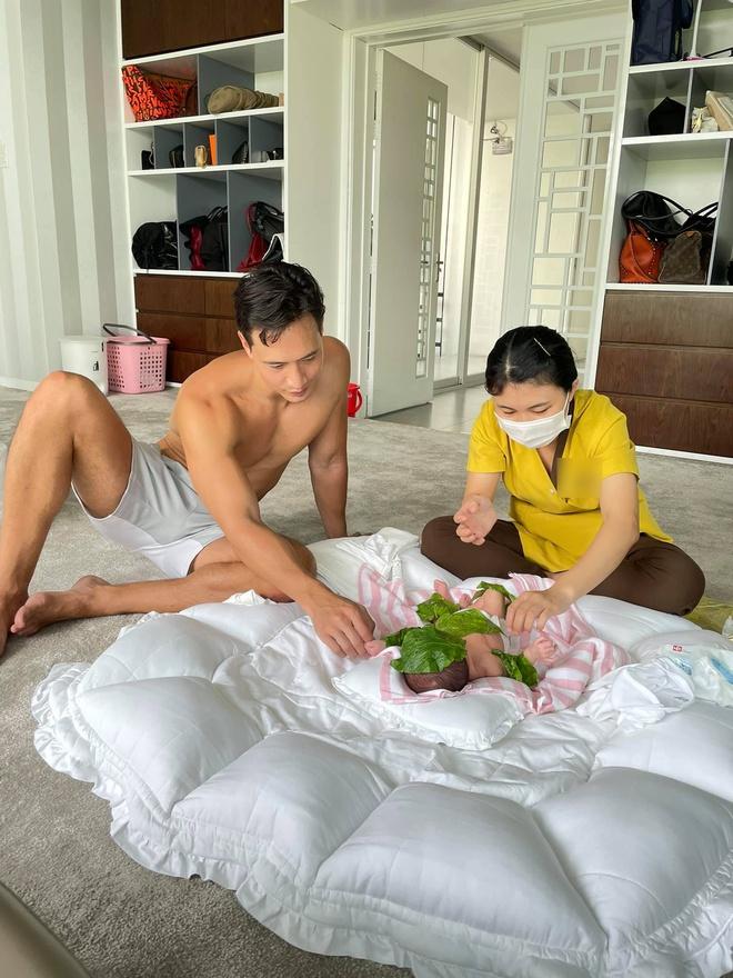 Kim Lý quả là bố bỉm sữa biết tranh thủ: Đăng ảnh chăm con nhưng phải khoe body vạm vỡ mới chịu! - Ảnh 2.