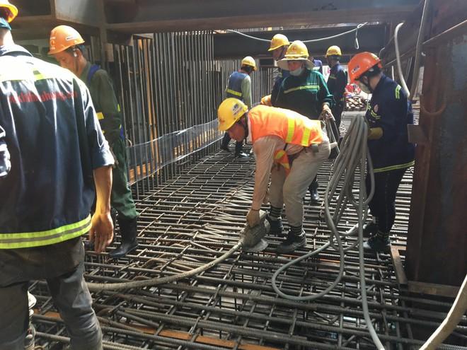 Cận cảnh 800 công nhân đang làm việc xuyên ngày đêm để sớm hoàn thành nhà ga ngầm lớn nhất tuyến metro Sài Gòn - ảnh 13