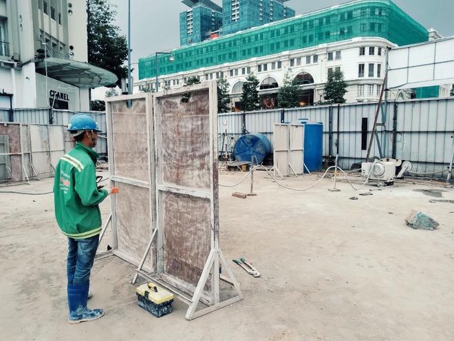 Cận cảnh 800 công nhân đang làm việc xuyên ngày đêm để sớm hoàn thành nhà ga ngầm lớn nhất tuyến metro Sài Gòn - ảnh 18