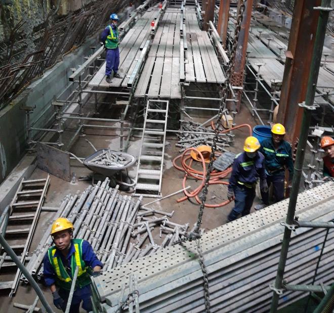 Cận cảnh 800 công nhân đang làm việc xuyên ngày đêm để sớm hoàn thành nhà ga ngầm lớn nhất tuyến metro Sài Gòn - ảnh 14