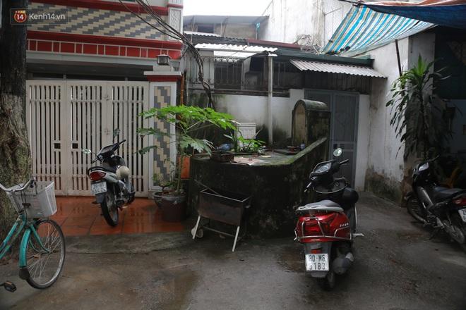 Cận cảnh nghĩa địa trong phố Hà Nội: Nơi người dân vẫn vô tư ăn uống, vui chơi bên cạnh mộ người chết - Ảnh 4.