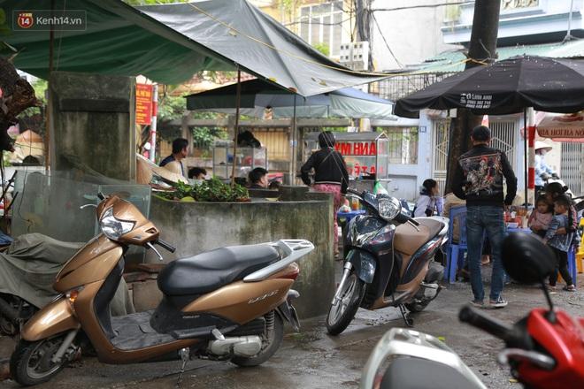 Cận cảnh nghĩa địa trong phố Hà Nội: Nơi người dân vẫn vô tư ăn uống, vui chơi bên cạnh mộ người chết - Ảnh 9.