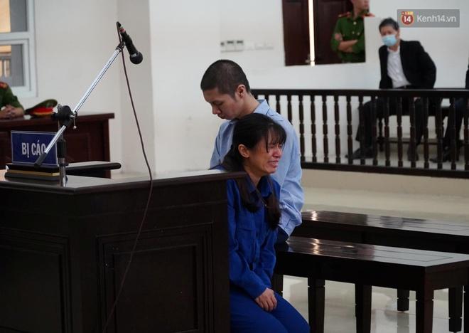 """Nữ bị cáo bạo hành con gái 3 tuổi đến tử vong quỳ gối, gào khóc xin lỗi mẹ đẻ và bố mẹ chồng: """"Bị cáo chưa bao giờ thôi dằn vặt với bản thân mình"""" - Ảnh 2."""
