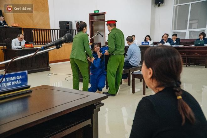 Bốn lần quỳ lạy, chắp tay xin lỗi của người mẹ bạo hành con đến chết: Không 1 lần nào lời xin lỗi dành cho bé M. - Ảnh 4.
